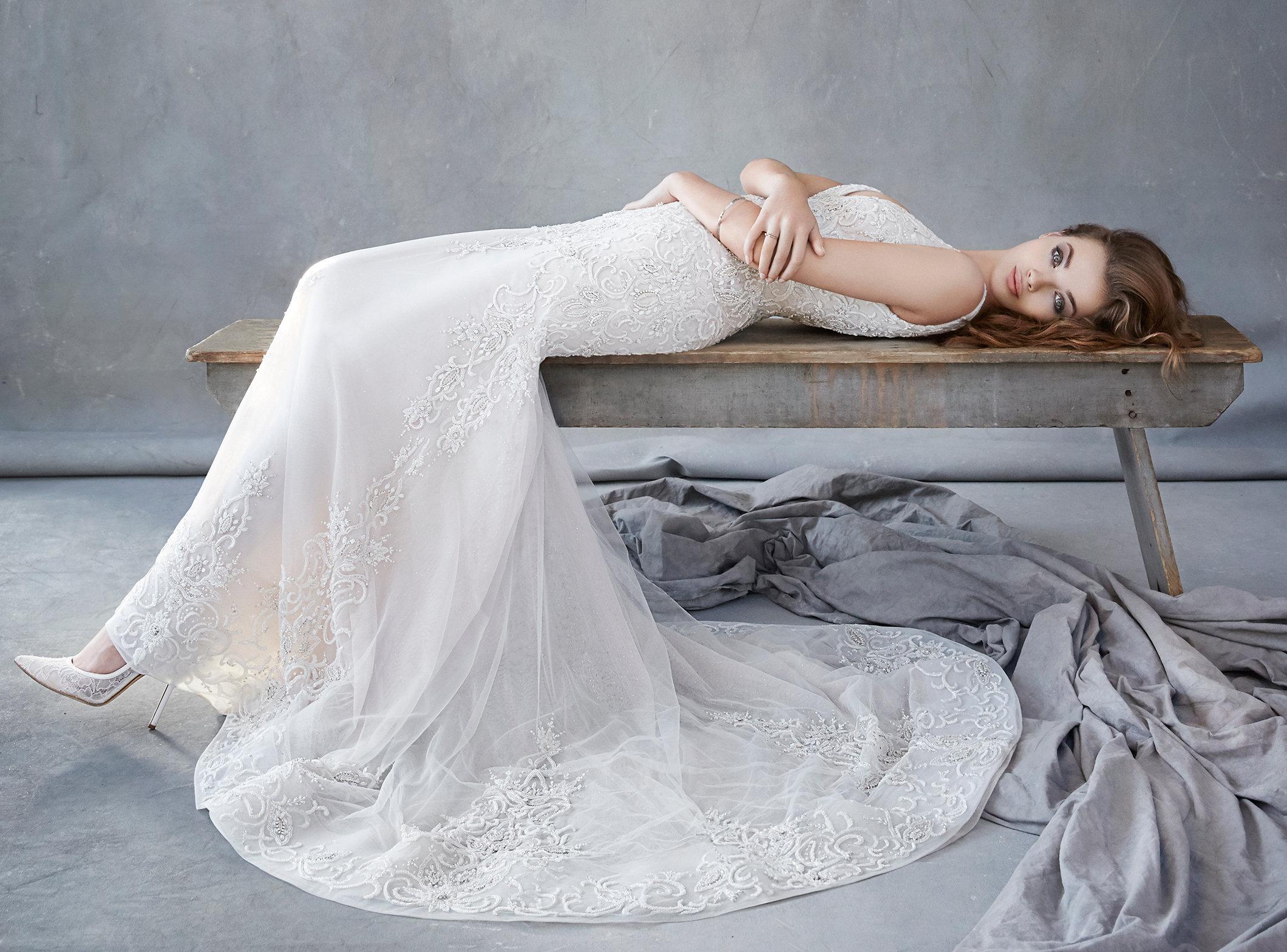 マーメイドラインのウェディングドレスは、ラインの特徴からスタイリッシュなイメージが強いですが、ラザロのマーメイドラインは女性の華やかさや優しさも感じられる