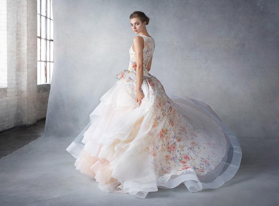お色直し後の再入場でゲストのみなさんをあっと驚かせるようなカラードレスをお探しの方にはラザロのカラードレスがおすすめです。